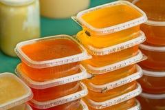 Plastic kruiken honing Stock Afbeelding
