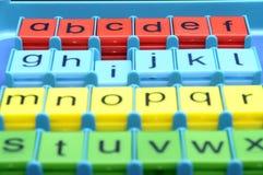 plastic kulöra bokstäver för alfabet Arkivbilder