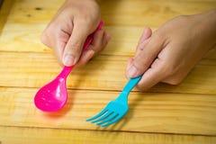 Plastic lepels en plastic vork ter beschikking op houten achtergrond Royalty-vrije Stock Foto