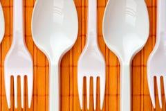 Plastic lepels en vorken Stock Afbeeldingen
