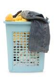Plastic mand met kleren royalty-vrije stock fotografie