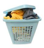 Plastic mand met kleren stock foto's