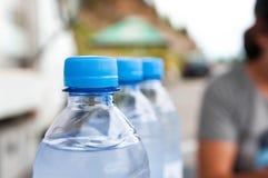 Plastic mineraalwaterflessen op een rij royalty-vrije stock foto