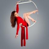 Plastic mooie meisjesturner op acrobatische circusring in vlees-gekleurd kostuum Royalty-vrije Stock Foto