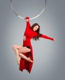 Plastic mooie meisjesturner op acrobatische circusring in vlees-gekleurd kostuum Stock Foto's