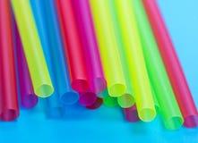 Plastic multicolored stro voor cocktails stock foto