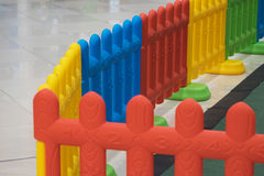 Plastic omheining voor jong geitje in speelplaats voor veiligheid Stock Foto's