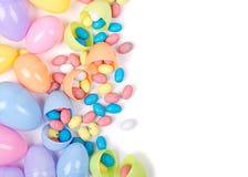 Plastic paaseieren en suikergoed Stock Foto