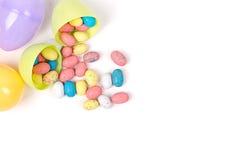 Plastic paaseieren en suikergoed Stock Afbeelding