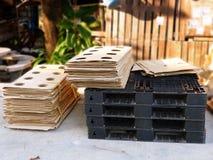 Plastic pallet en gestapeld karton stock fotografie