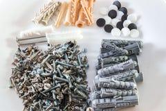 Plastic pen of muurstoppenspeld met schroeven voor bakstenen stock foto