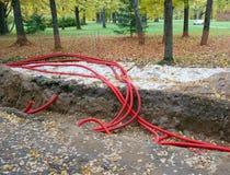 Plastic pijpen die elektrische kabels bevatten stock afbeeldingen