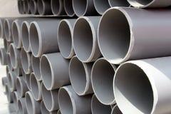 Plastic rør för gråa PVC-rör som staplas i rader Royaltyfri Foto