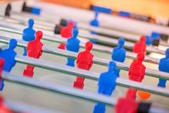 Plastic rode en blauwe voetbalsters op lijst stock afbeelding