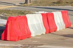 Plastic rood-witte barrière op de weg, verkeersveiligheid met beperkingen goed-well-marked ontwerp op de weg stock foto