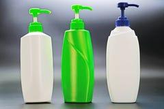 Plastic shampoofles op zwarte achtergrond royalty-vrije stock afbeeldingen
