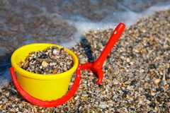 Plastic spade and bucket in sand Royalty Free Stock Photography