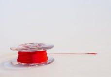 Plastic spoel van draden voor naaimachine op een witte backgroun Stock Foto's