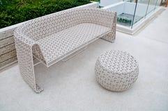Plastic stoel en lijstweefsel Stock Foto's
