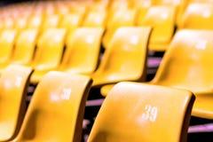 Plastic stoel met alle aantallen in grote conferentieruimte royalty-vrije stock foto's
