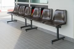Plastic stoel voor bruine zitting royalty-vrije stock afbeeldingen