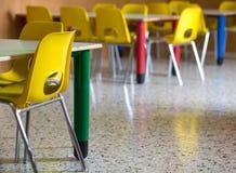 Plastic stoelen in de klasse van de kinderdagverblijfkleuterschool stock foto's