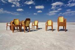 Plastic stoelen in de woestijn van Salt Lake Stock Foto