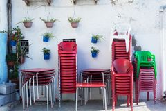 Plastic stoelen op de binnenplaats van koffie stock foto