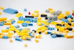 Plastic stuk speelgoed blokken op witte achtergrond Stock Foto