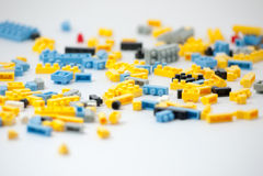 Plastic stuk speelgoed blokken op witte achtergrond Royalty-vrije Stock Fotografie
