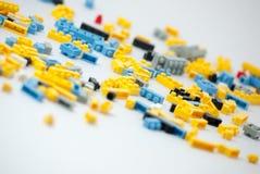 Plastic stuk speelgoed blokken op witte achtergrond Stock Afbeeldingen