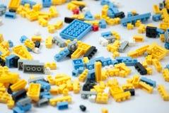 Plastic stuk speelgoed blokken op witte achtergrond Royalty-vrije Stock Foto
