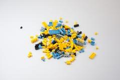 Plastic stuk speelgoed blokken op witte achtergrond Royalty-vrije Stock Afbeeldingen