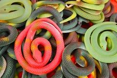 Plastic stuk speelgoed slangen stock afbeeldingen