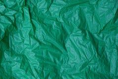Plastic textuur van een stuk van verfrommeld groen cellofaan stock afbeelding