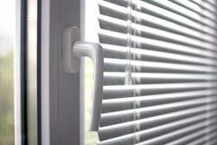 Plastic venster met zonneblinden stock afbeelding