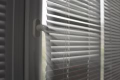 Plastic venster met zonneblinden stock foto