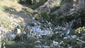 Plastic verontreiniging in aard stock video