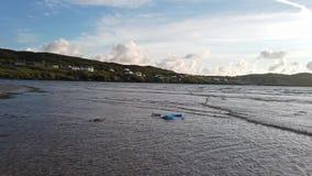 Plastic verontreiniging die in de Atlantische Oceaan drijven stock videobeelden