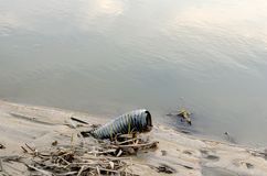 Plastic verontreiniging in meren en rivieren stock foto's