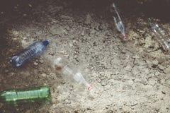 Plastic verontreiniging op land Afval, afval Aard en plastiek stock afbeeldingen