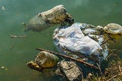 Plastic verontreiniging in water Ecologisch de industrieconcept stock fotografie