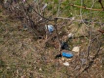plastic verontreinigingsconcept Huisvuil in bos in de lente stock foto