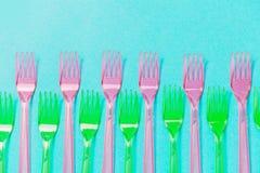 Plastic vorkenpatroon op blauwe achtergrond De hoogste vlakke mening, legt stock afbeeldingen