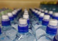 Plastic waterflessen met kappen van verschillende kleur royalty-vrije stock fotografie