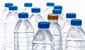 Plastic waterflessen, water fles-blonde en blauw gescheiden cl stock fotografie