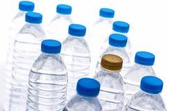 Plastic waterflessen, water fles-blonde en blauw gescheiden cl stock foto's