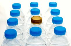Plastic waterflessen, water fles-blonde en blauw gescheiden cl royalty-vrije stock fotografie