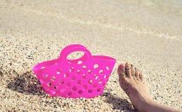 Plastic zak en voet op het zand royalty-vrije stock foto's