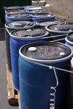 Plastica blu i fusti da 55 galloni in pieno di vario spreco infiammabile in una pianta di riciclaggio Fotografie Stock Libere da Diritti